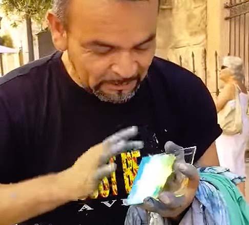 vídeo de un artista callejero que hace obras de arte con el dedo