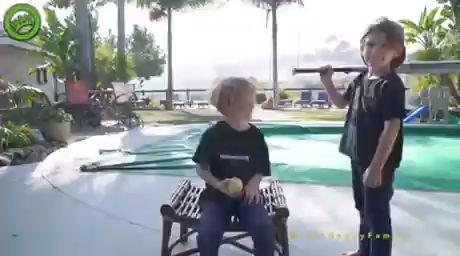 Vídeo divertido de dos hermanos jugando con un bate de baseball