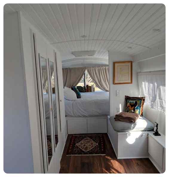 Convierte un viejo autobús de un desguace en una casa de lujo. 12