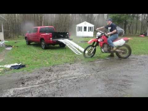 Como no debes subir una moto a una camioneta. 19