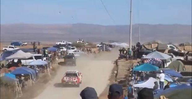 contresens ralye raid thumb11 620x320 - Un loco se mete en medio de un rally.