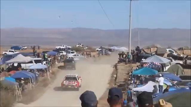 Un loco se mete en medio de un rally. 1