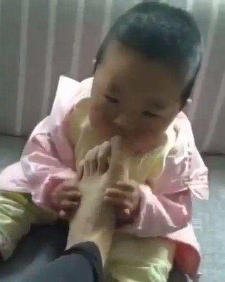 Mira lo que le pasa a este bebé al morder el pie de su padre. 2