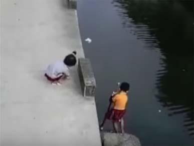 Niño cae al agua y es salvado