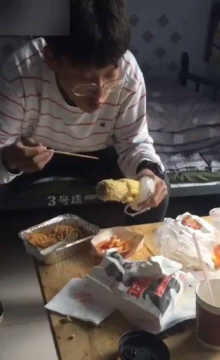 La manera optima de manera de comer una mazorca de maíz. 1