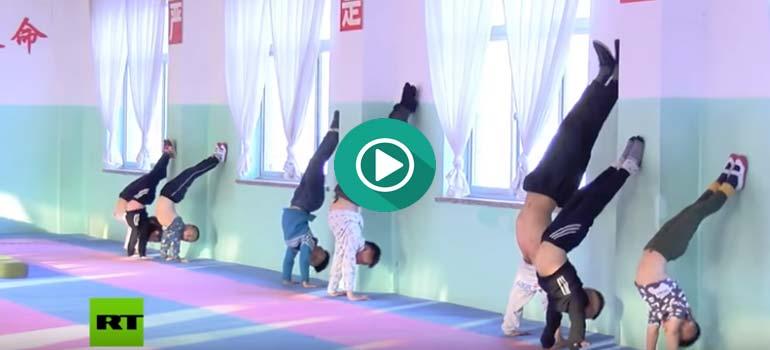 Así entrenan a los niños Chinos en una escuela de artes marciales.