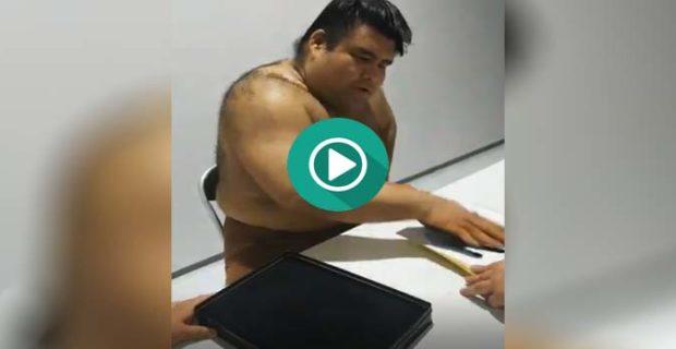 firmando autografos 620x320 - Un luchador de sumo firmando autógrafos con la mano.