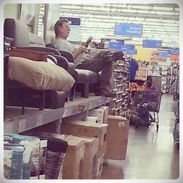 Hombres esperando a que sus parejas terminen de comprar #1 5