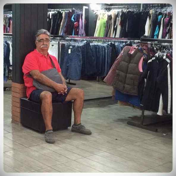Hombres esperando a que sus parejas terminen de comprar #2 3