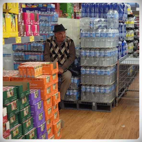 Hombres esperando a que sus parejas terminen de comprar #2 4