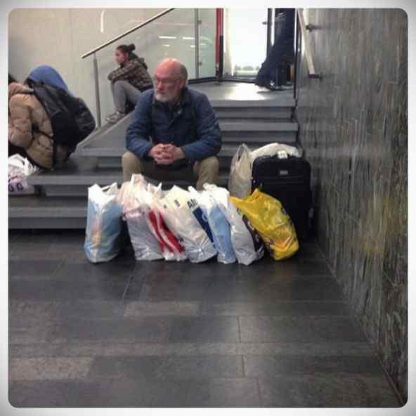 Hombres esperando a que sus parejas terminen de comprar #2 5