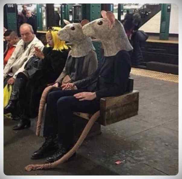 La cantidad de gente rara que viaja en el metro. 3