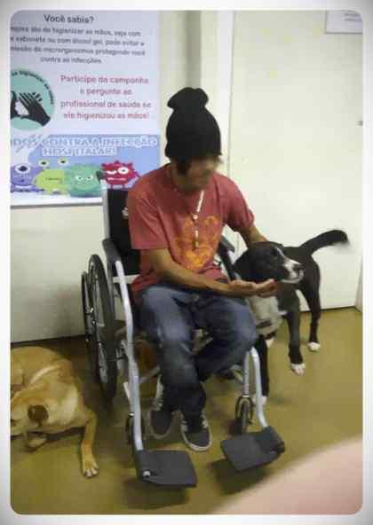 Un hombre sin hogar en ingresado en el hospital, pero no esta solo. 4
