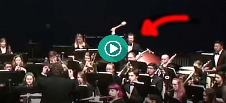 Trabajar en una orquesta tiene su riesgo. 1