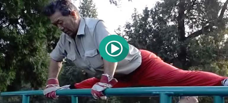 Abuelos Chinos practicando Calistenia en un parque. 5