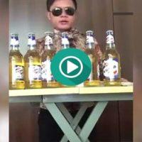 Descubre como este hombre es capaz de beberse 6 cervezas a la vez.