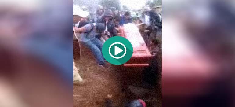 Vídeo de un entierro muy accidentado. 4