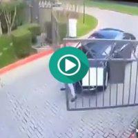Duro enfrentamiento entre una puerta automática y el conductor del coche.