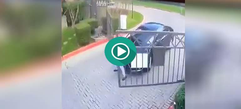 Duro enfrentamiento entre una puerta automática y el conductor del coche. 4