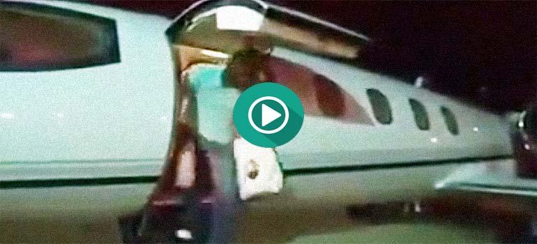 Erick Morillo hace una salida triunfal de su jet privado.