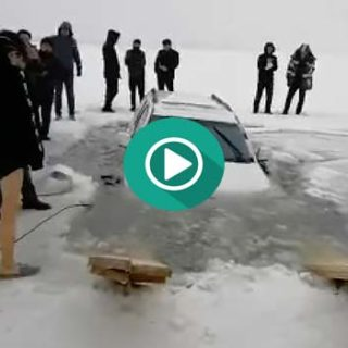 Una pareja China decide atravesar un lago helado con su coche y mira lo que pasa.