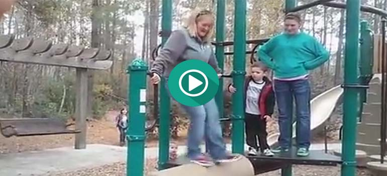 Esta madre decide subirse a un columpio y descubre que no ha sido buena idea. 2