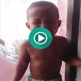 Este niño del vídeo lleva el Carnaval en las venas.