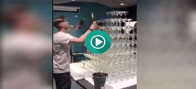 Divertido Fail creando una pirámide con copas de champan. 24