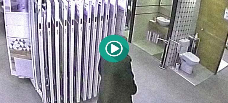 Esta mujer no puede mas y usa el wc de la exposición. 2