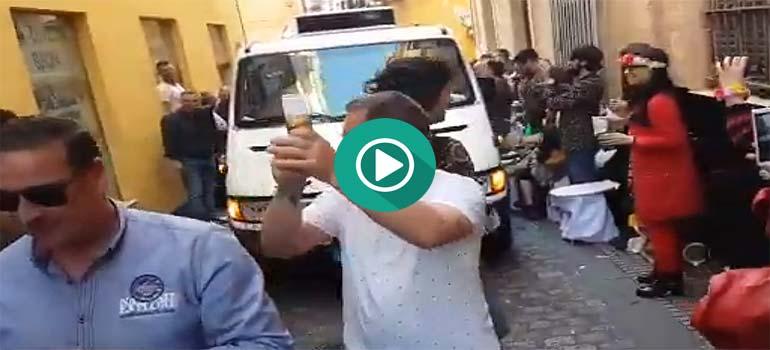 El camión del hielo termina en procesión por las calles de Cádiz. 1