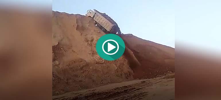 Un camión cae por una montaña debido a un fallo del conductor. 1