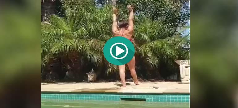 Esta chica va a entrar en la piscina de una extraña manera. 1
