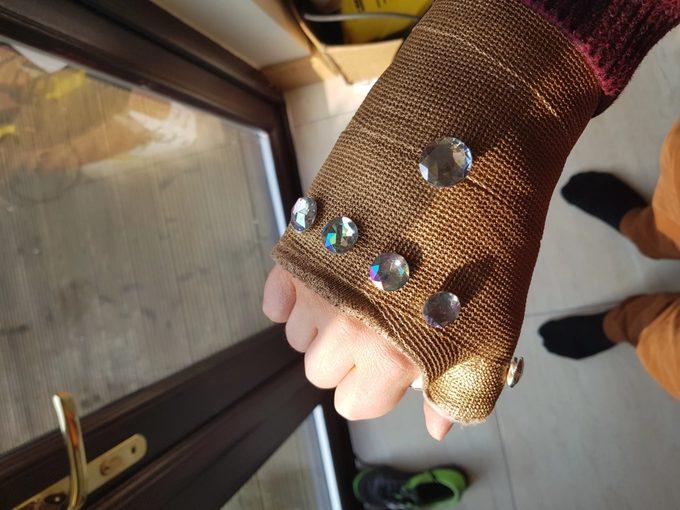Convierte la escayola de su brazo en el guantelete de Thanos. 2