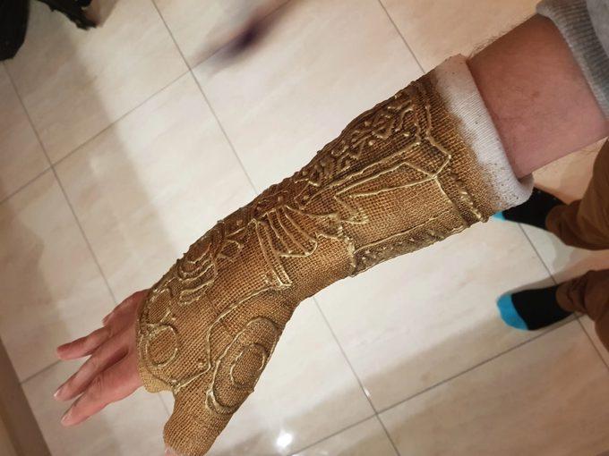 Convierte la escayola de su brazo en el guantelete de Thanos. 5