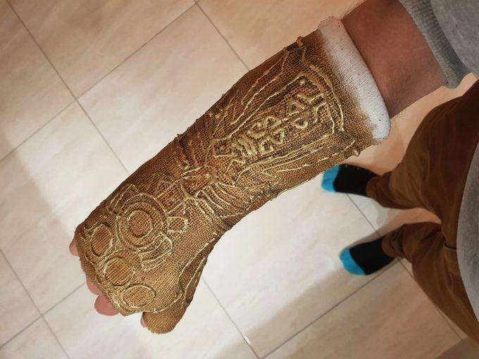 Convierte la escayola de su brazo en el guantelete de Thanos. 6