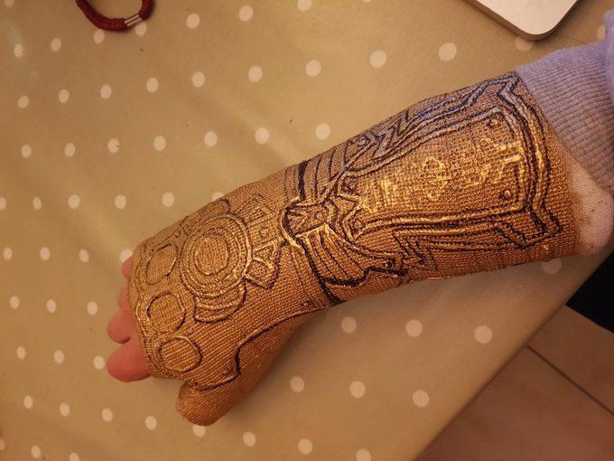 Convierte la escayola de su brazo en el guantelete de Thanos. 7