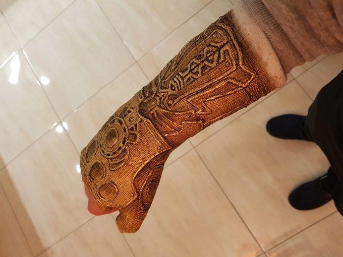 Convierte la escayola de su brazo en el guantelete de Thanos. 8