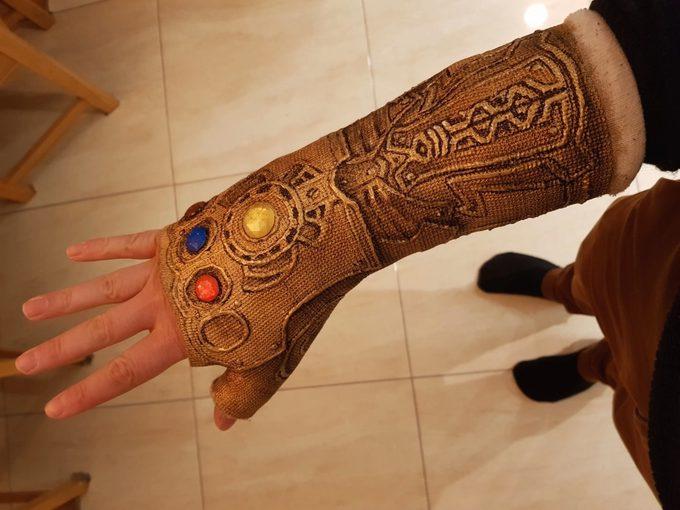 Convierte la escayola de su brazo en el guantelete de Thanos. 9
