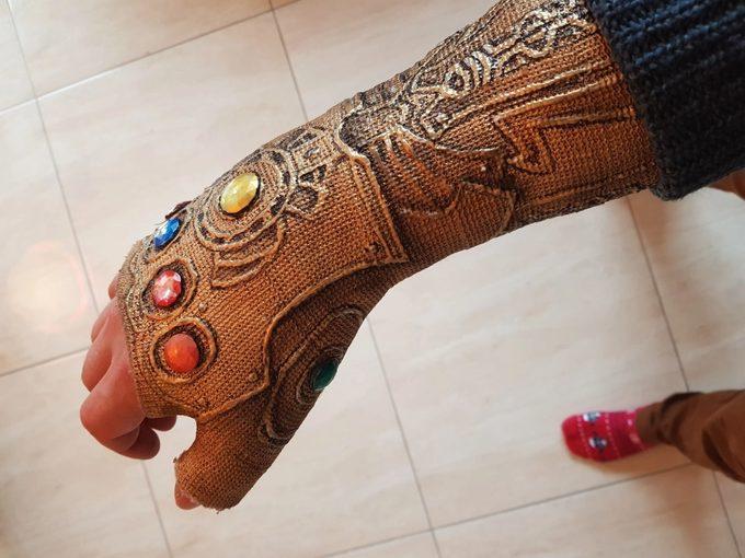 Convierte la escayola de su brazo en el guantelete de Thanos. 10