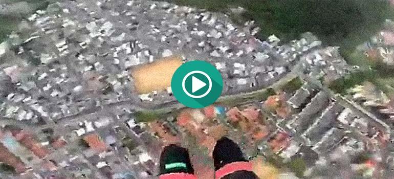 Un paracaidista termina en el patio trasero de una casa. 1