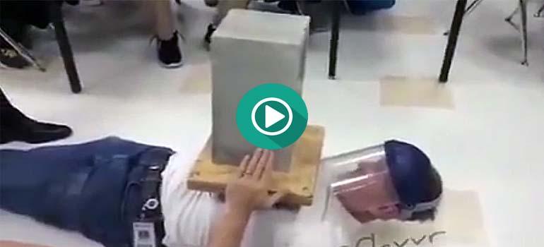Este profesor hace un experimento en clase que no sale nada bien. 1