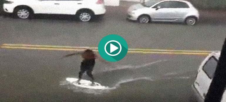 Aprovecha una inundación para practicar surf por las calles. 6