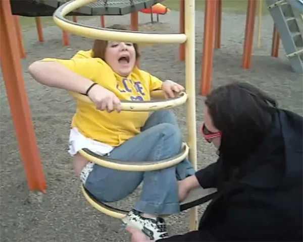 Adultos atrapados en columpios infantiles. La galería de fotos definitiva. 17