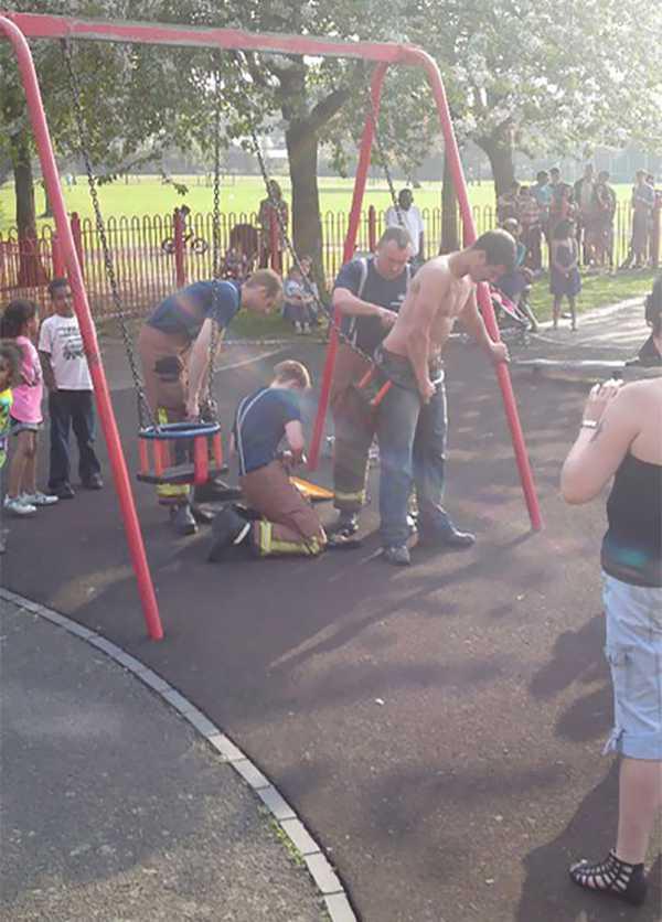 Adultos atrapados en columpios infantiles. La galería de fotos definitiva. 3