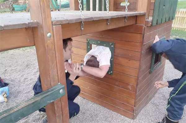 Adultos atrapados en columpios infantiles. La galería de fotos definitiva. 7
