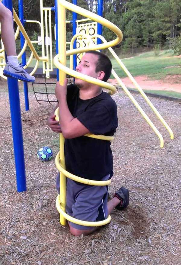 Adultos atrapados en columpios infantiles. La galería de fotos definitiva. 11