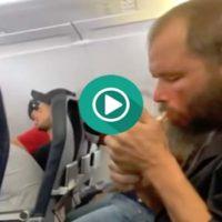 Se despista y enciende un cigarro en pleno vuelo.
