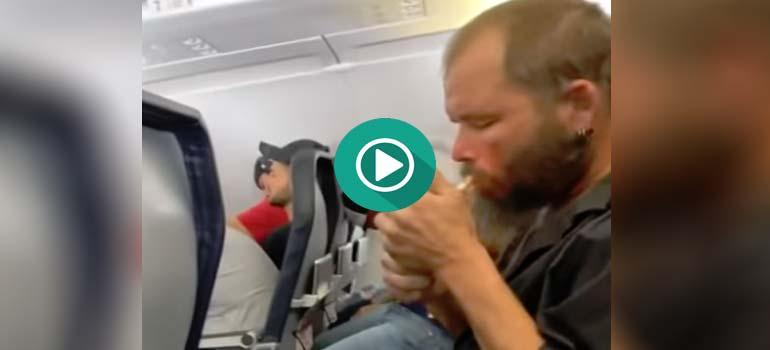Se despista y enciende un cigarro en pleno vuelo. 4