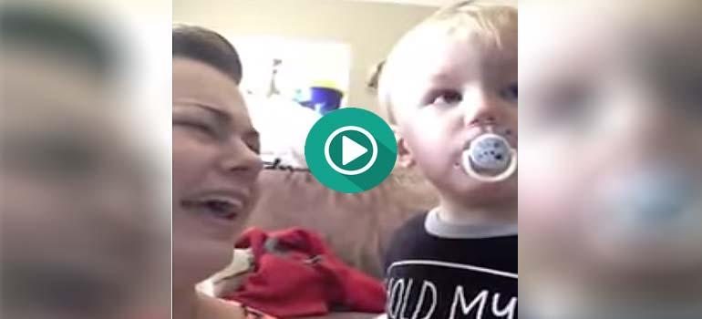Este Bebé tiene una lucha interna entre ayudar a su madre o disfrutar de su chupete.