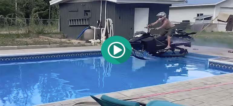 Cruzar la piscina subido en una moto de nieve. 3